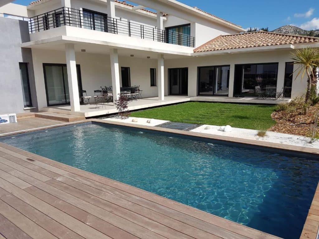 Magnifique piscine traditionnelle en béton