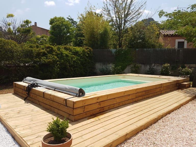 Piscine bois semi-enterrée avec terrasse en pin