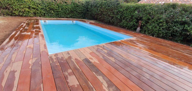 Grande piscine coque avec terrasse en IPE